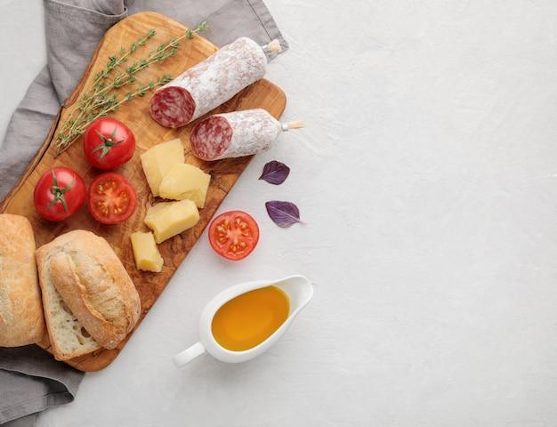 Flaches italienisches frühstück des weißen essens auf weißem hintergrund. speicherplatz und draufsicht kopieren