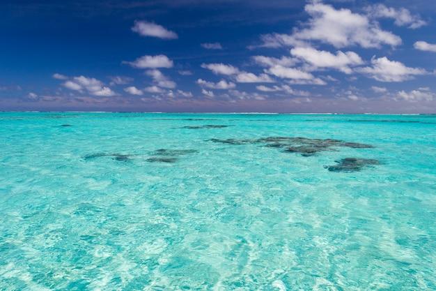 Flaches korallenriff im transparenten wasser des türkises, koch islands