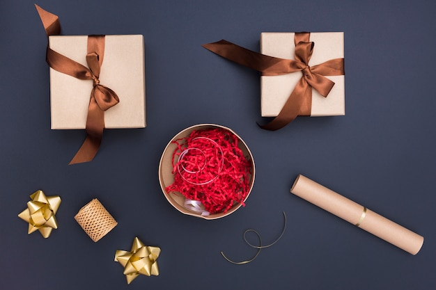 Flaches kreatives geschenkverpackungssortiment auf dunklem hintergrund