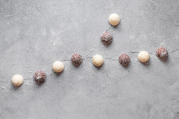 Flaches kreatives sortiment köstlicher schokoladenprodukte