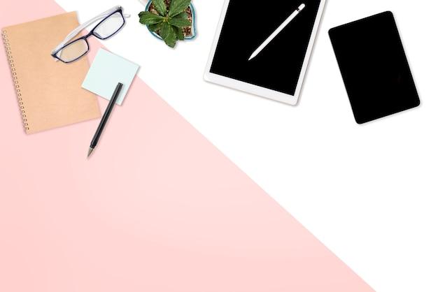 Flaches lagebild des bürotischs mit laptop-computer, digitaler tablette, handy und acce
