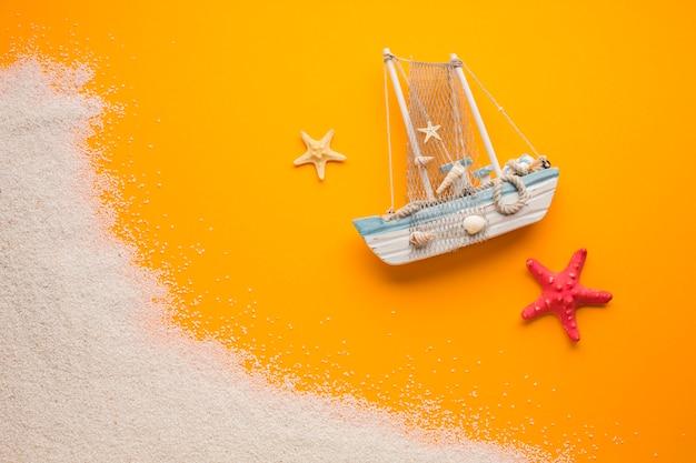 Flaches lageboot mit strandkonzept