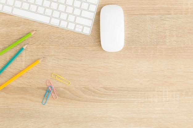 Flaches lagefoto des schreibtischs mit maus und tastatur