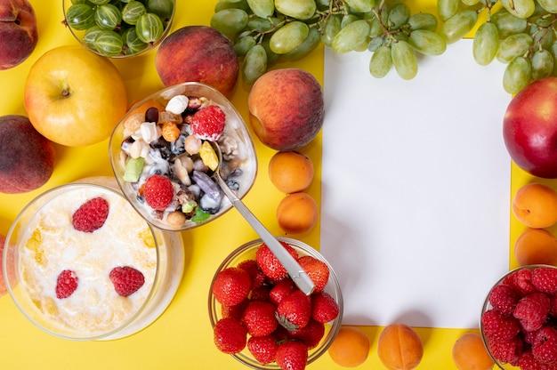 Flaches lagefrühstück mit kopienraum im fruchtrahmen