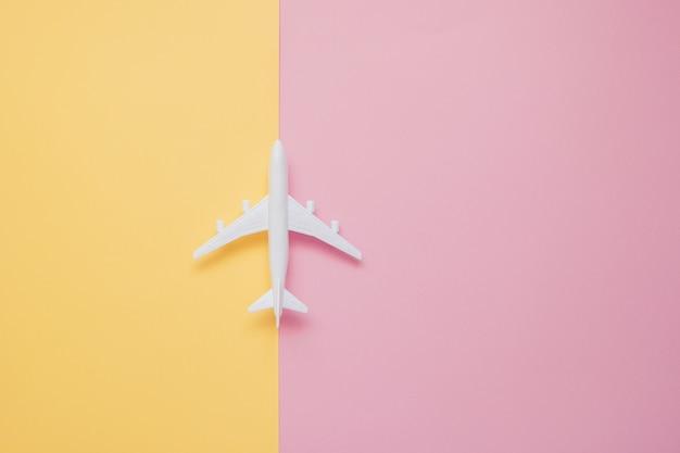 Flaches lagendesign des reisekonzeptes mit fläche und wolke auf gelbem und rosa