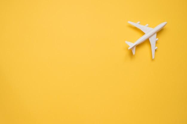 Flaches lagendesign des reisekonzeptes mit flugzeug auf gelb