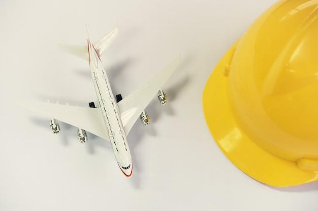 Flaches lagendesign des reisekonzeptes mit flugzeug auf grauem hintergrund mit kopienraum.