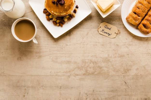 Flaches lagepfannkuchengebäck und -kaffee mit kopienraum