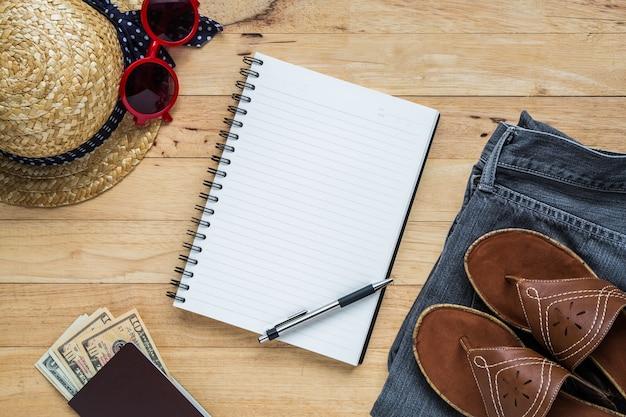 Flaches lagtreisezubehör kostümiert notizbuch- und kopienraum