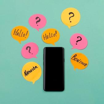 Flaches laienarrangement mit smartphone und haftnotizen