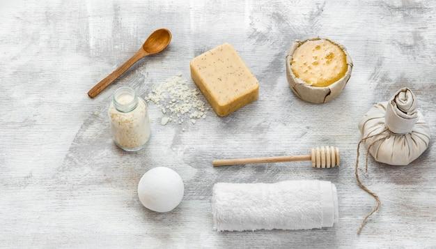Flaches laienfoto. spa-stillleben von hautpflegeprodukten.