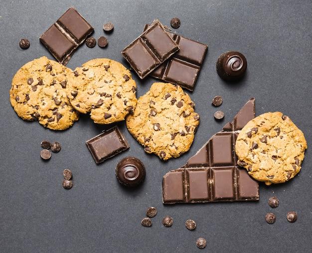 Flaches laiengesteck mit dunkler schokolade und keksen