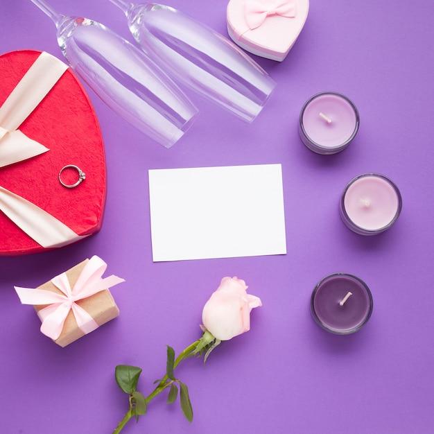 Flaches laiengesteck mit geschenken und kerzen