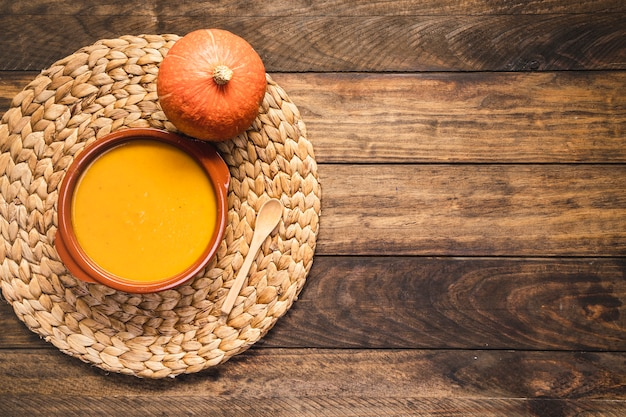 Flaches laiengesteck mit kürbis und suppe