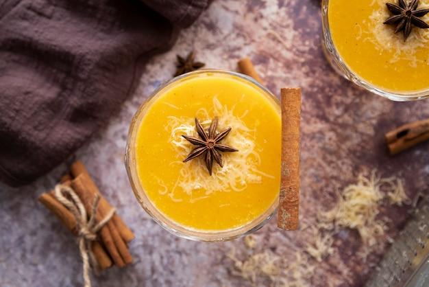 Flaches laiengesteck mit leckerem getränk und zimtstange