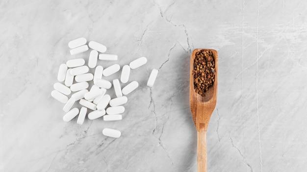 Flaches laiengesteck mit medikamenten und löffel
