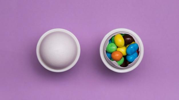 Flaches laiengesteck mit süßigkeiten und ei