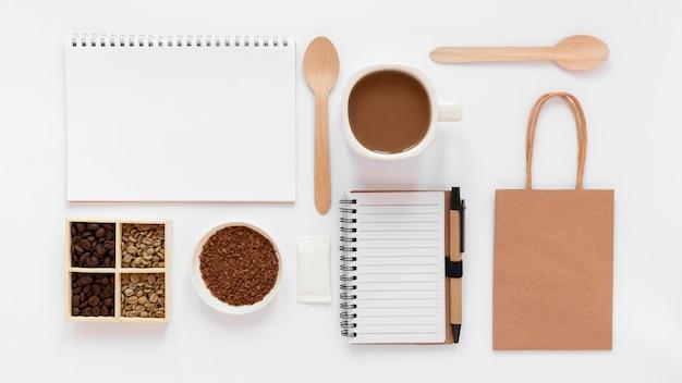 Flaches laienkaffee-branding-sortiment auf weißem hintergrund