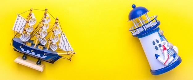 Flaches laienreisendzubehör - leuchtturm, schiff auf dem gelb