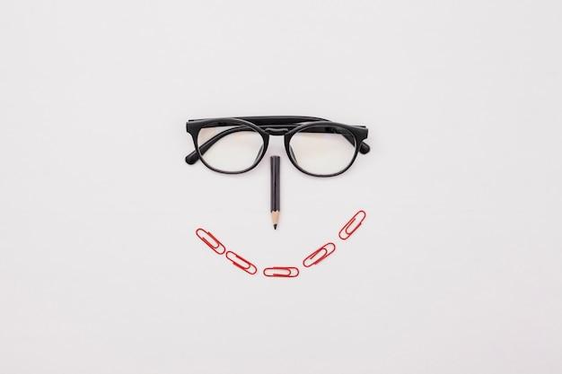 Flaches laienschreibtischkonzept mit gläsern