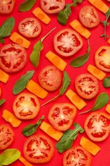 Flaches laiensortiment mit geschnittenen tomaten