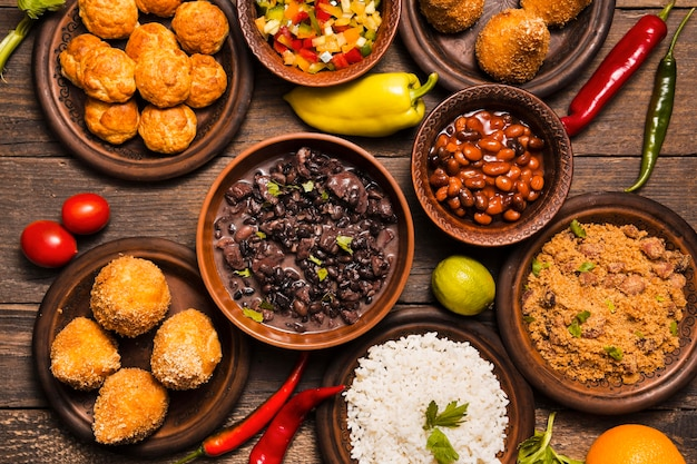 Flaches laiensortiment mit leckerem brasilianischem essen