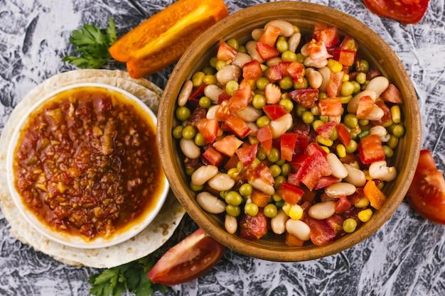 Flaches laiensortiment mit traditionellem mexikanischen essen