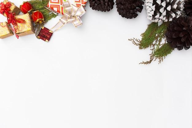 Flaches laienweihnachtsklemmbrettmodell. weihnachtsideen, notizen, plan. frohe weihnachten happy n