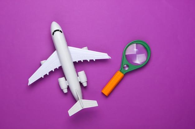 Flaches lay-design des reisekonzepts mit flugzeug und lupe.