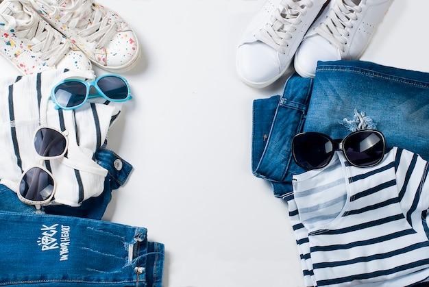 Flaches lay-set aus femininer kleidung im maritimen stil für mutter und tochter
