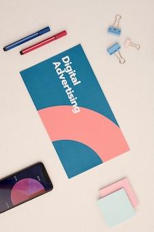 Flaches layout der digitalen werbebroschüre, umgeben von smartphone mit diagramm