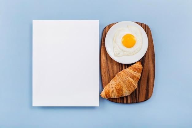 Flaches, leckeres frühstückssortiment mit leerer karte