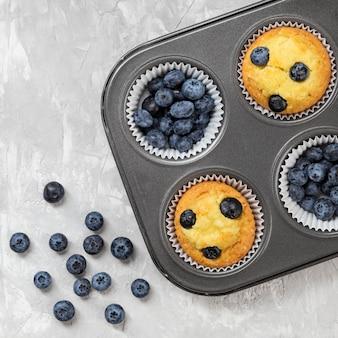 Flaches leckeres muffin mit blaubeerwaldfrüchten