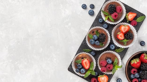 Flaches leckeres muffin mit waldfrüchten