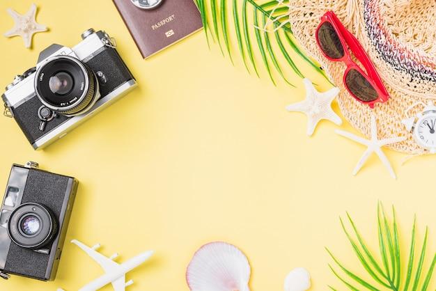 Flaches mockup retro-kamerafilme hut flugzeug seestern reisender tropisches strandzubehör