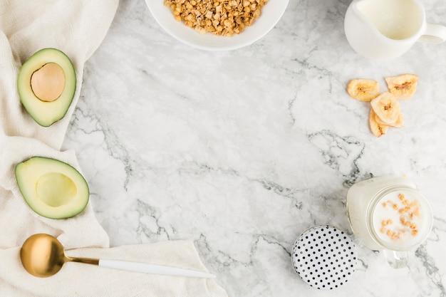Flaches müsli mit yougurt und avocado