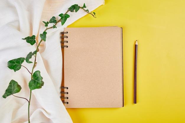 Flaches notizbuch mit draufsicht, notizen mit blumen zukünftige familie, haus, lebensziele und planung oder gründung eines neuen unternehmens, planungskonzept, mock-up.