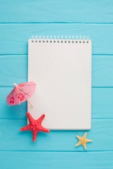 Flaches notizbuch mit regenschirm