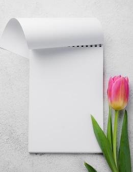 Flaches notizbuch mit tulpen