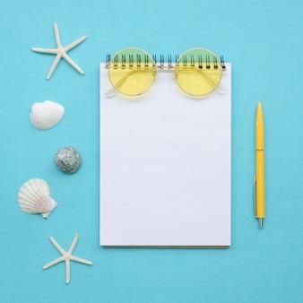 Flaches notizbuch und reisewerkzeuge