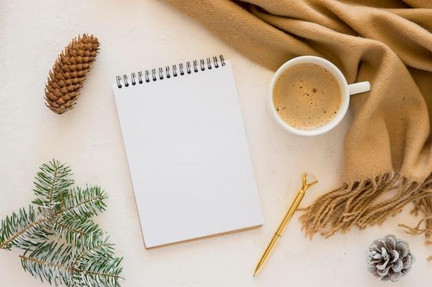 Flaches papier, leere papiere und schöner schal