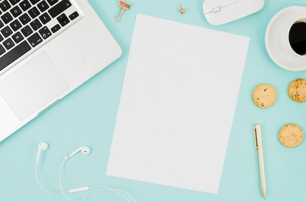 Flaches papiermodell neben laptop