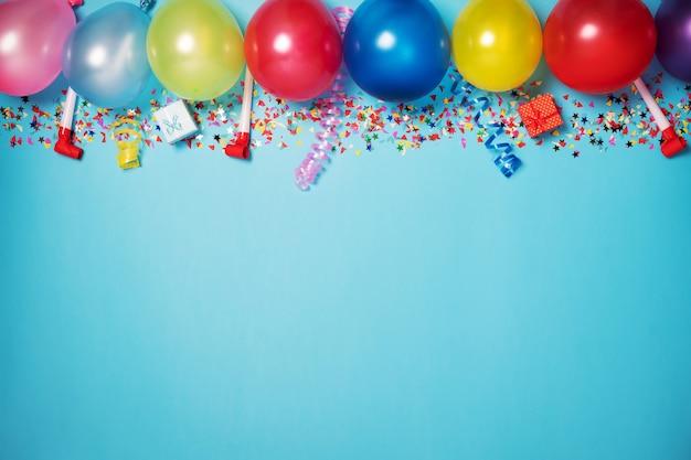 Flaches partydekorationskonzept auf pastellblauem hintergrund von oben