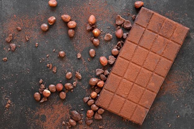 Flaches schokoladensortiment auf dunklem hintergrund