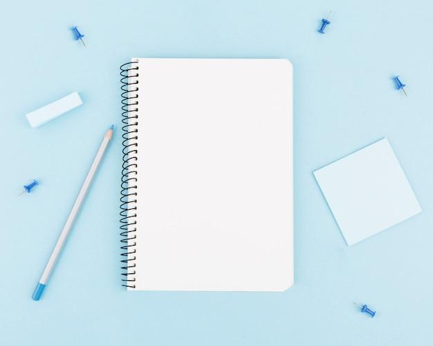 Flaches schreibtischkonzept mit kopierraum