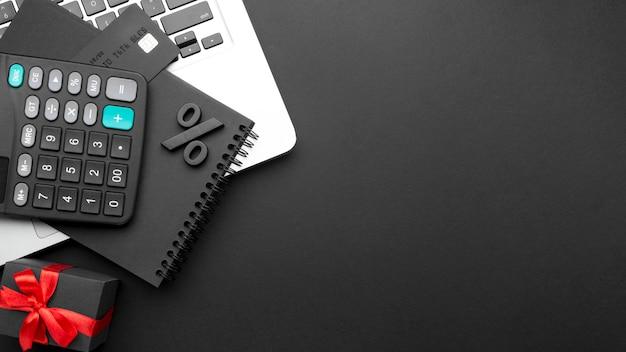 Flaches schwarzes freitag-sortiment auf schwarzem hintergrund mit kopienraum