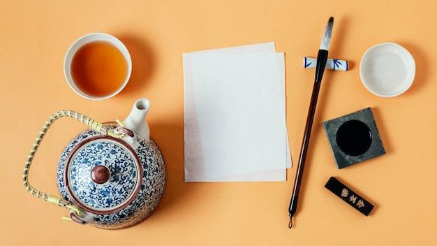 Flaches sortiment chinesischer tinte mit leerem papier
