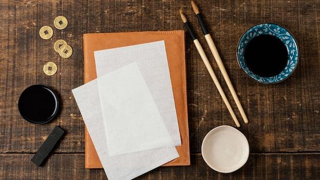 Flaches sortiment chinesischer tinte mit leerer karte