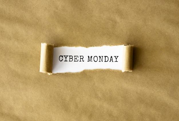 Flaches stück zerrissenes papier für die cyber-montag-werbung