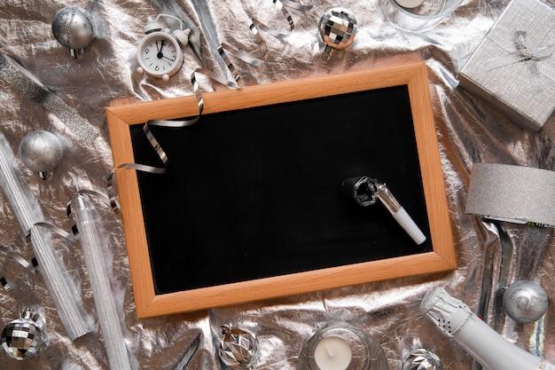 Flaches tafelmodell, umgeben von silbernem dekor